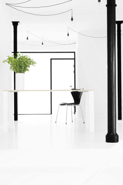 Skrivebord  DESIGN BY Rikke Malling  MATERIAL Hvid laminat bordplade med asketræskant. Stel i pulverlakeret stål  SIZE L 150 x W 90 x H 73 L 150 x W 70 x H 73 L 130 x W 65 x H73   Det lille skrivebord passer perfekt til den lille stue eller soveværelset. Det store skrivebord har en god størrelse til kontoret.  COLOR Hvid