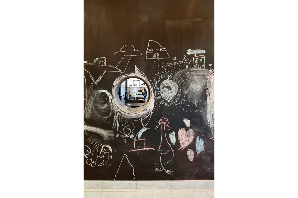 RESERVOIRA CHARLEROI BRASSERIE EDEN NOIR BLANC BETON CAFETARIA BAR CAFE IMAGE 06.jpg