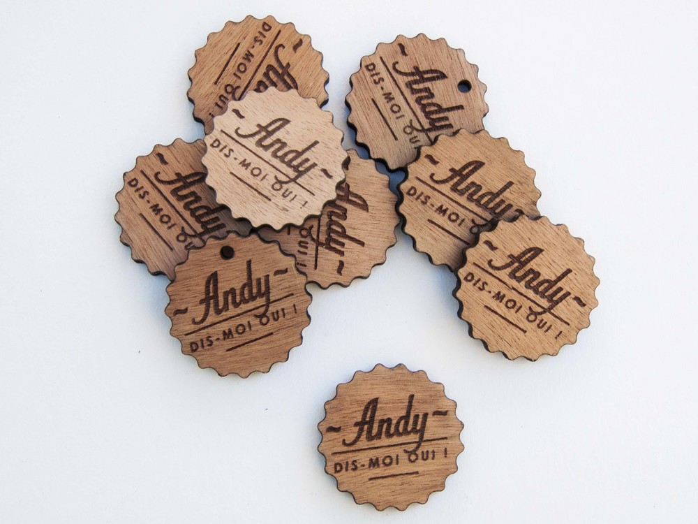 Gravure en bois pour broche / Pampille - Plaque - Etiquette - Tag en bois gravé avec logo de la marque / sur-mesure