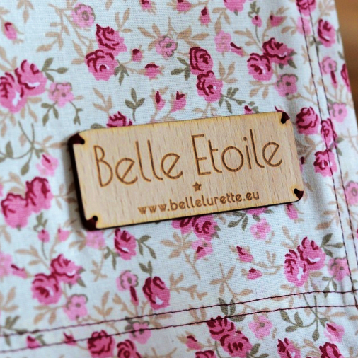 Pampille - Plaque - Etiquette - Tag en bois gravé avec logo de la marque / sur-mesure