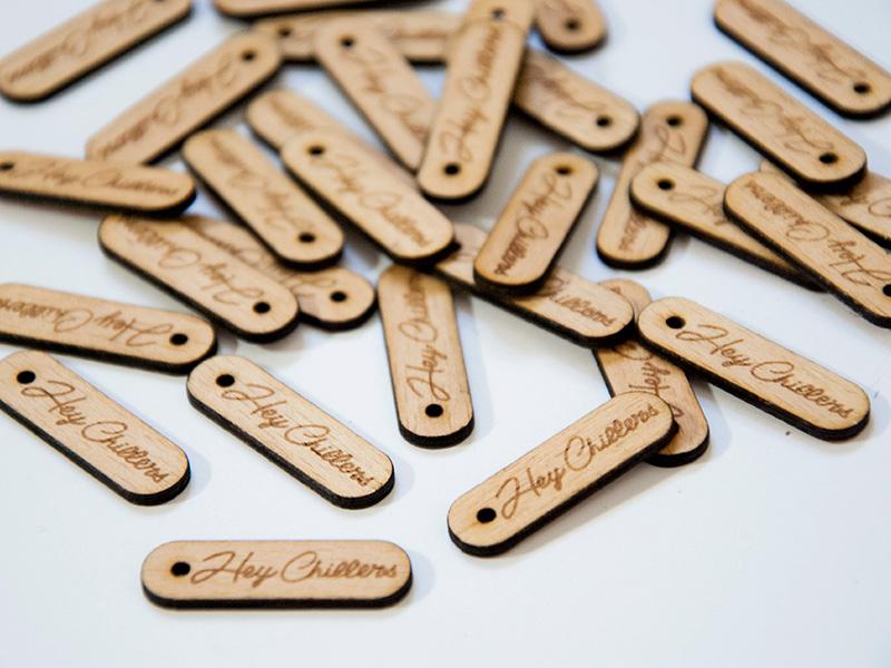 Pampille Hey Chillers, en bois gravé avec le logo de la marque