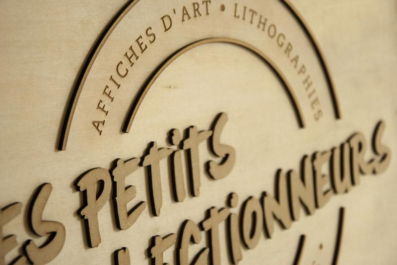 Panneau avec logo gravé et découpé, en bois et MDF, sur-mesure