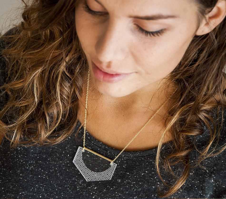 """bijou bijoux - collier sautoir - plexi bois - """"made in france"""" fabriqué en France - assemblé à la main - créateur - géométrique graphique hexagone"""