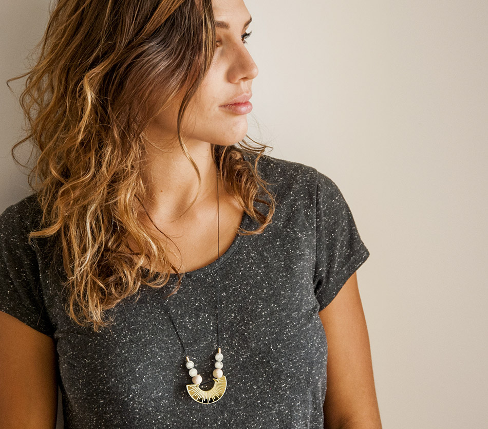 """bijou bijoux - collier sautoir - plexi bois - """"made in france"""" fabriqué en France - assemblé à la main - créateur - géométrique graphique dore or"""