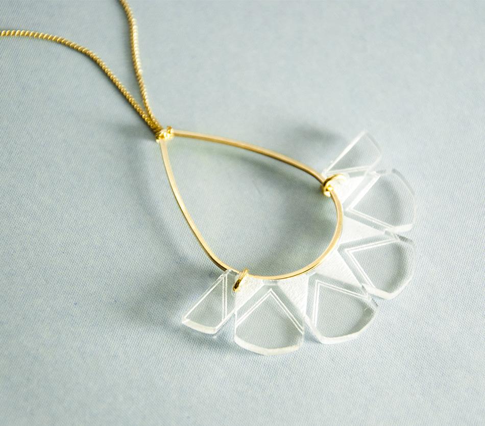 """bijou bijoux - collier sautoir - plexi bois - """"made in france"""" fabriqué en France - assemblé à la main - créateur - géométrique graphique"""