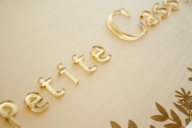 Plaque marque logo sur-mesure en bois et plexi or