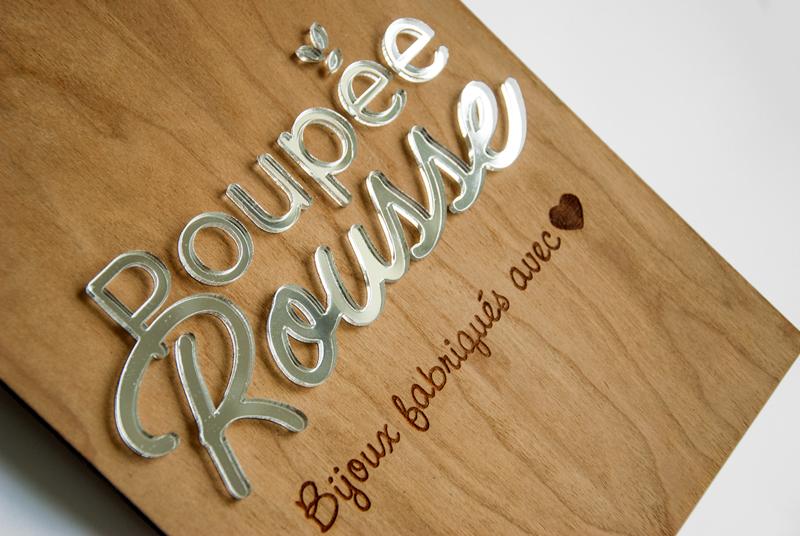 Plaque logo sur-mesure, en bois et plexiglas argenté miroir