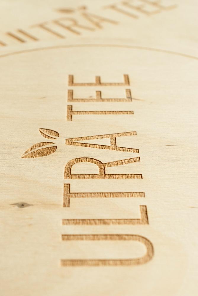 Plaque logo gravé sur-mesure en bois