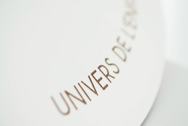 Plaque blanche, gravée avec logo