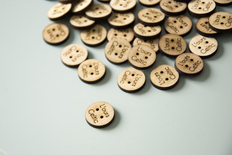 Boutons en bois sur-mesure avec logo gravé