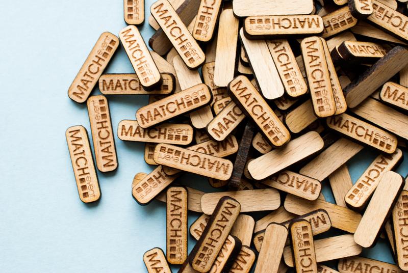 Plaques en bois avec logo gravé