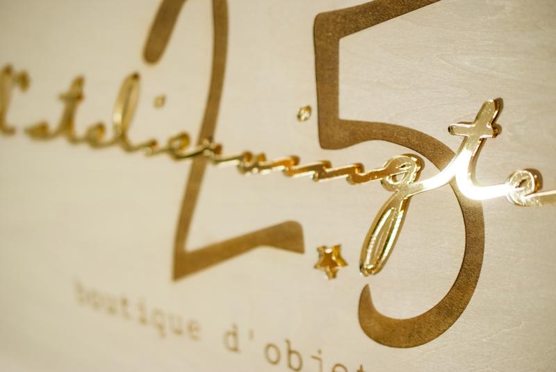 Plaque logo en bois et plexiglas doré