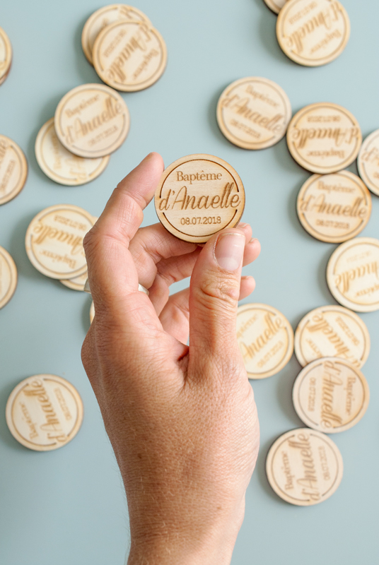 Badge en bois gravé