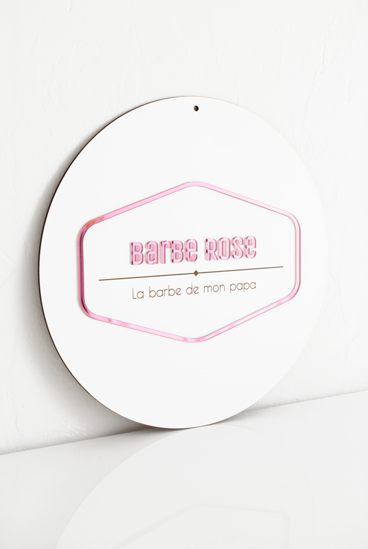 Logo en plexiglas rose miroir sur-mesure