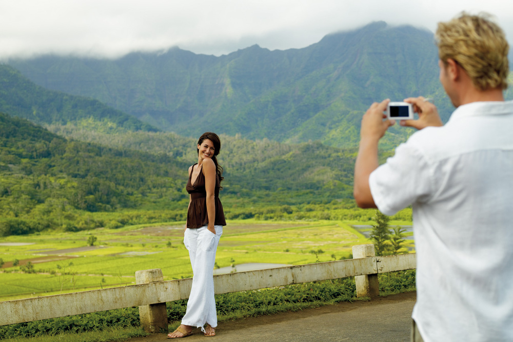 Couple_Taking_Photos_Kauai_Hawaii.jpg