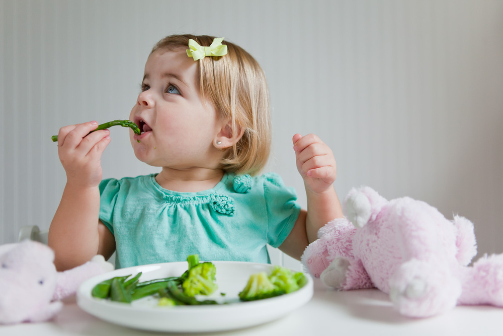 Baby_Eating_Healthy_Food.jpg