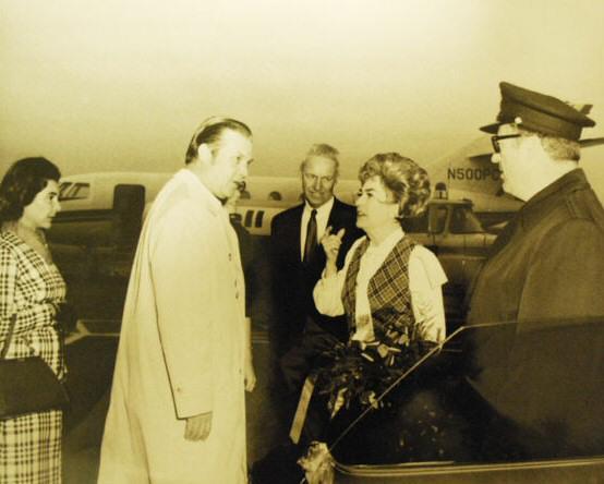 Joan Crawford stewardess (441).jpg