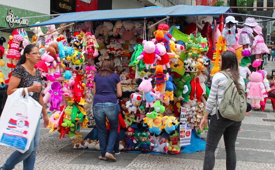 Desde a imigração chinesa no Brasil, é possível encontrar a culinária chinesa em qualquer bairro em São Paulo, por exemplo. Mas o que tem chamado atenção é a quantidade de brinquedos chineses. A China possui um pólo na produção de brinquedos que contam com cerca de 5 mil fábricas do setor, respondendo por 70% da fabricação mundial de brinquedos.    Dá para saber quando um brinquedo foi produzido na China? Faz diferença?