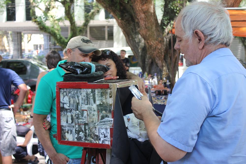 Embora a tecnologia esteja cada vez mais avançada, surgem novidades para os amantes de fotografia analógica. Andando por Porto Alegre, eis a relíquia a famosa Lambe-Lambe que faz o maior sucesso. Qual a diferença do Velho e do Vintage? Depois do avanço digital, as pessoas querem voltar para o analógico?