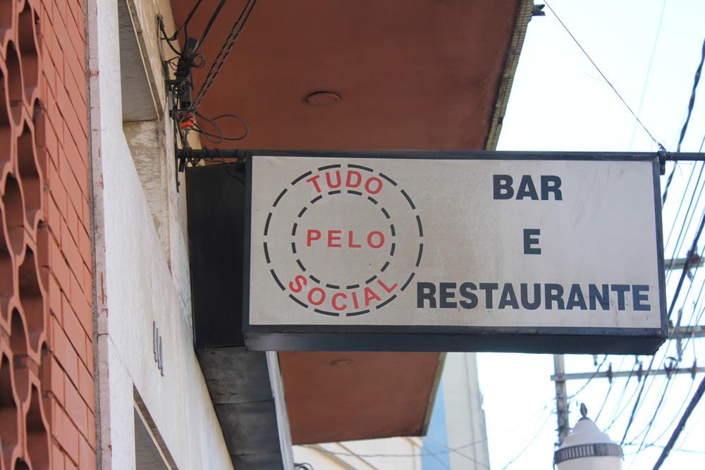 Este restaurante em POA tem um nome diferente, mas até que ponto os bares e restaurantes fazem tudo pelo social? Até que ponto o Brasil é o pais do social?