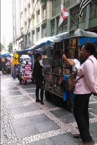 Esse camelô no bairro da República em São Paulo vende uma coisa diferente: livros. A maioria dos livros são novos, porém são vendidos por um preço abaixo do oficial. Será o fim dos sebos?