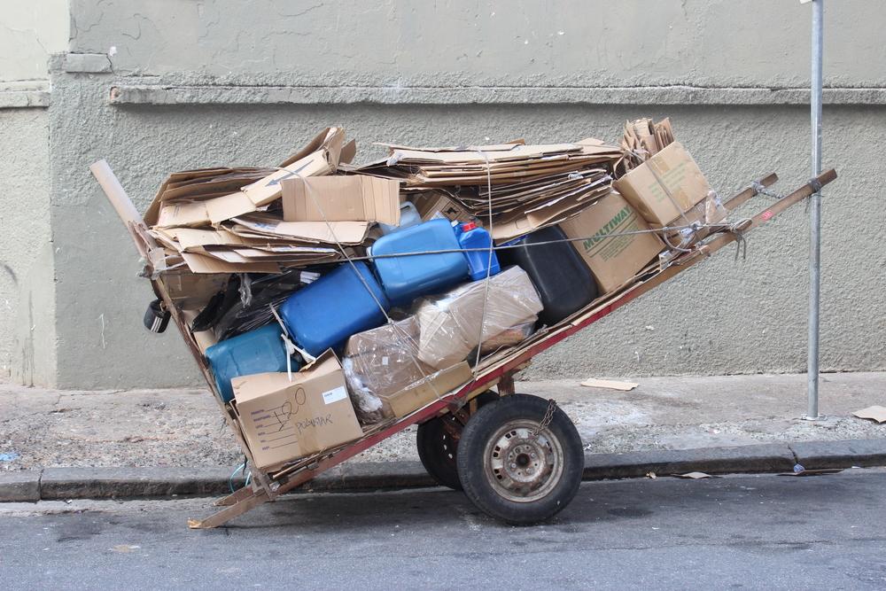 O catador de lixo é um símbolo vergonhoso de um país subdesenvolvido ou símbolo do futuro de um país que tem sustentabilidade no próprio DNA?