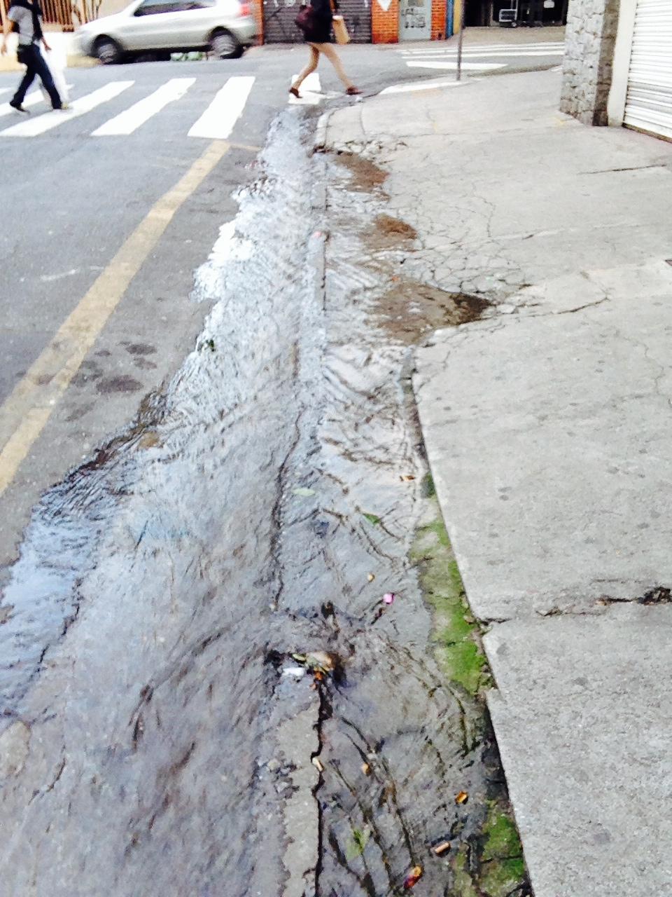 Falta água em São Paulo, mas não faltam vazamentos...