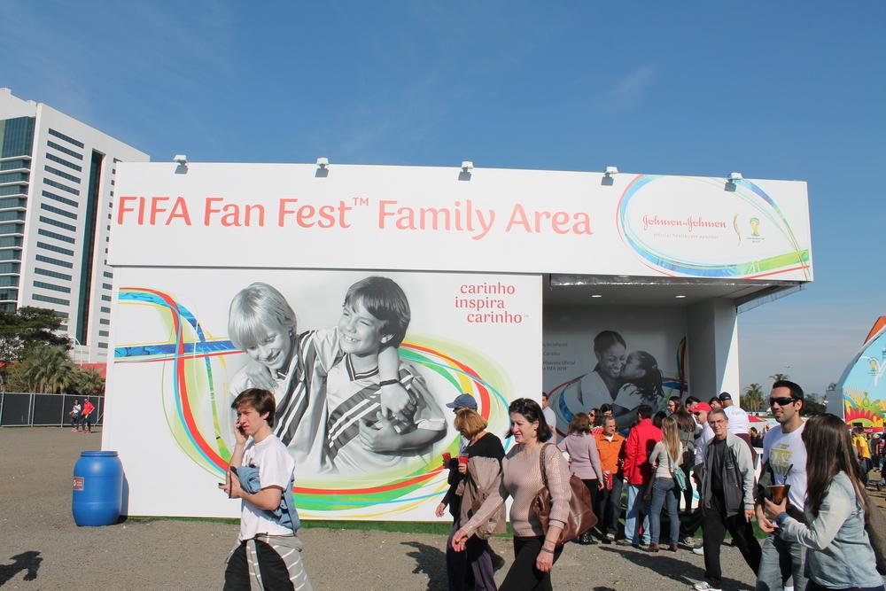 """Na Fifa Fan Fest em Porto Alegre, a Johnson & Johnson tinha um espaço: """"Family Area"""", porém dentro do evento em si quase não haviam crianças. Nos outros locais também havia um espaço dedicado para a família?"""