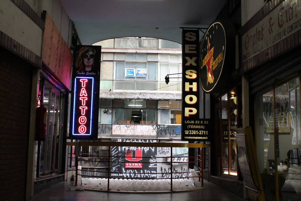 Na Galeria do Rock, em frente ao estúdio de tatuagem possui um sex shop. A tatuagem ainda está relacionada com sexo, drogas e rock'n'roll? Esse é um pensamento que ainda existe, mesmo que todo mundo diga que não?