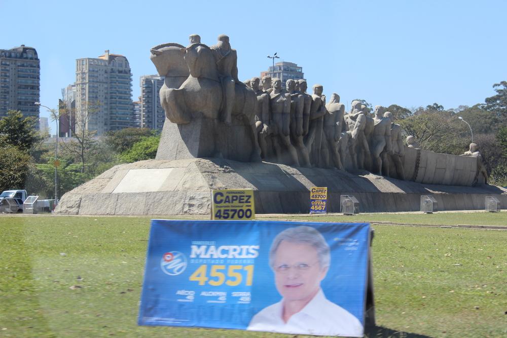 Durante o período eleitoral existe candidato se promovendo até no Monumento às Bandeiras em frente ao parque do Ibirapuera. Qual o lugar mais inusitado que você já viu a propaganda política?