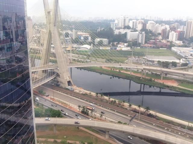 """A Ponte Estaiada é um dos ícones de São Paulo mais conhecidos, porém muitos ainda erram o seu nome com """"Ponte Espraiada"""". Você já escutou alguém falando errado? Já pararam para pensar por que isso acontece?"""