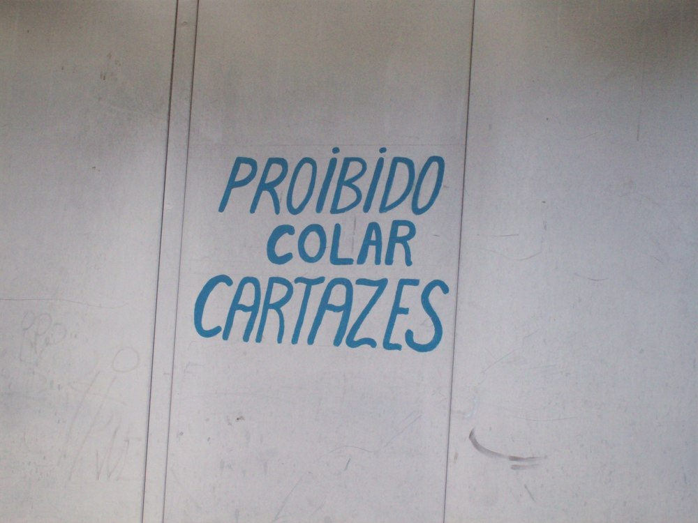 Colar cartazes is the new grafite?
