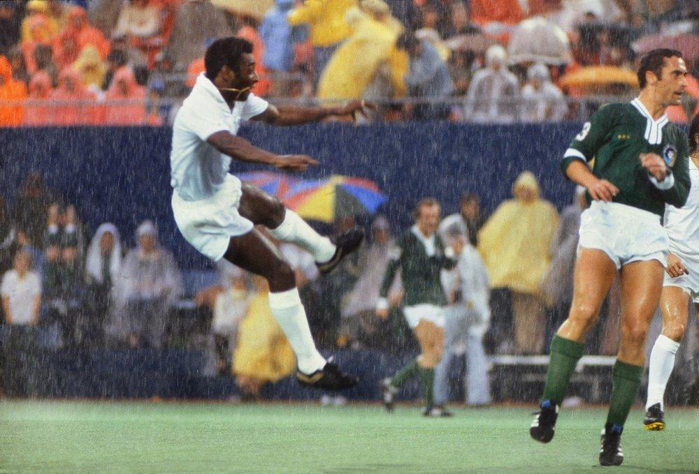 pele_in_rain_santos_6_1977.jpg