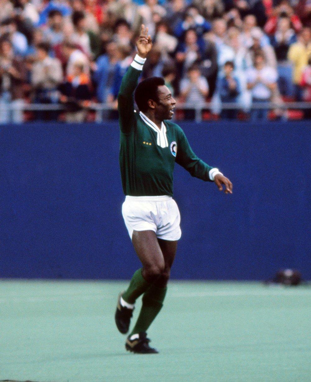 pele_salutes_last_game_1977.jpg