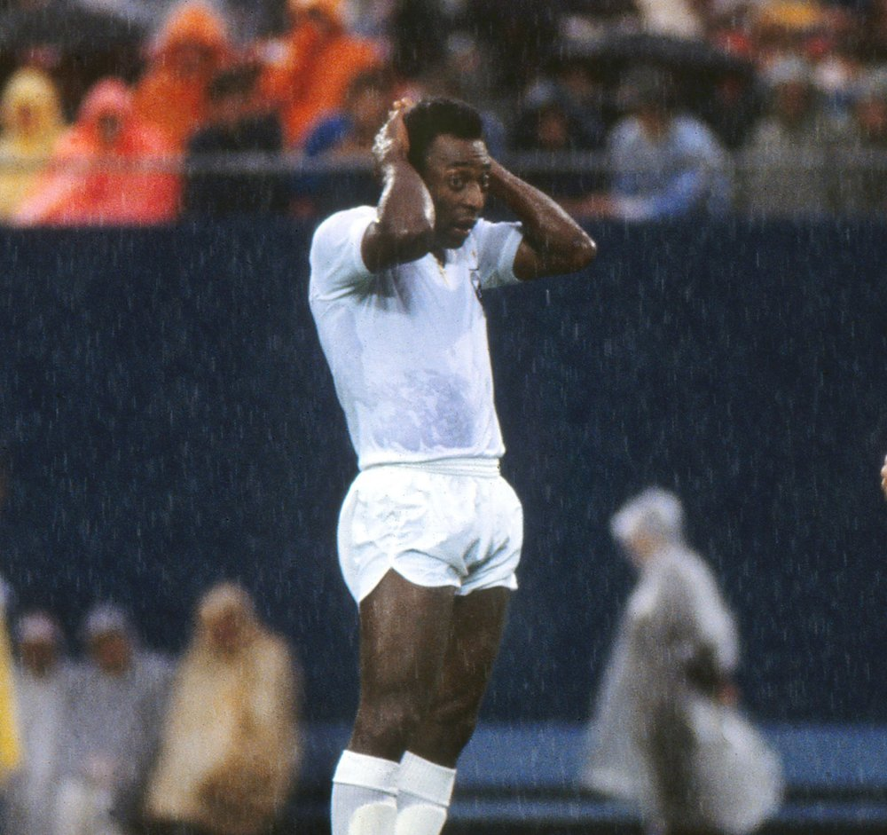 pele_plays_in_rain_santos_1.jpg