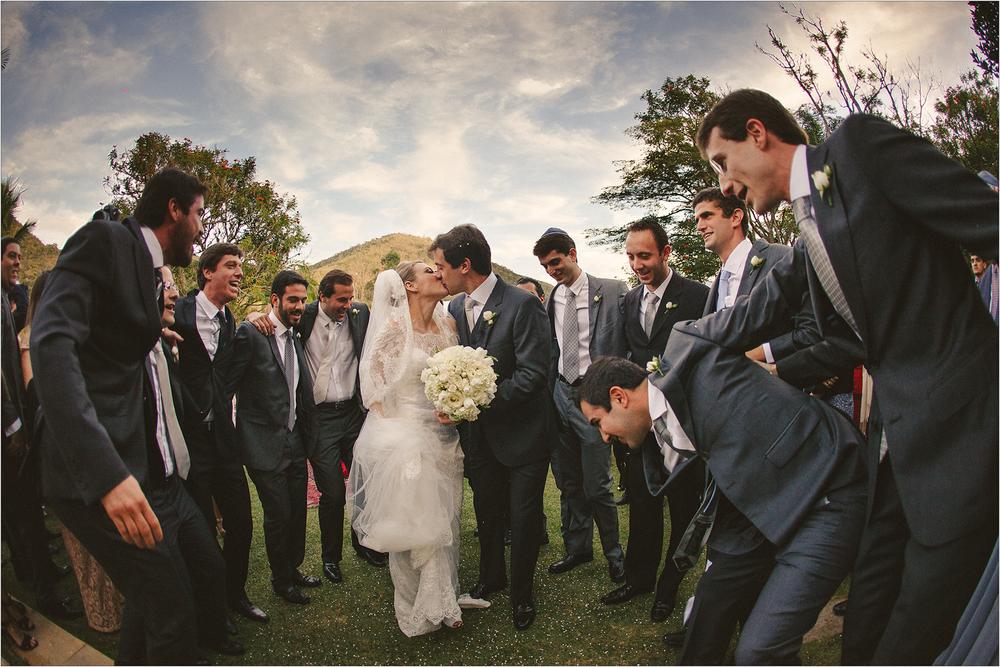 Saída dos noivos na melhor hora!