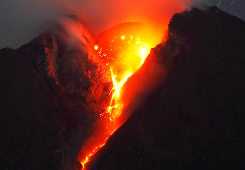 mount-merapi-spewing-lava-volcanic-eruption.jpg