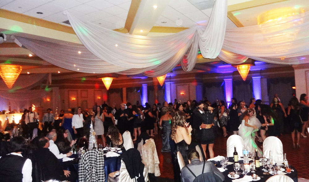 packed dance floor wedding Del Vinyl Premier Place.jpg