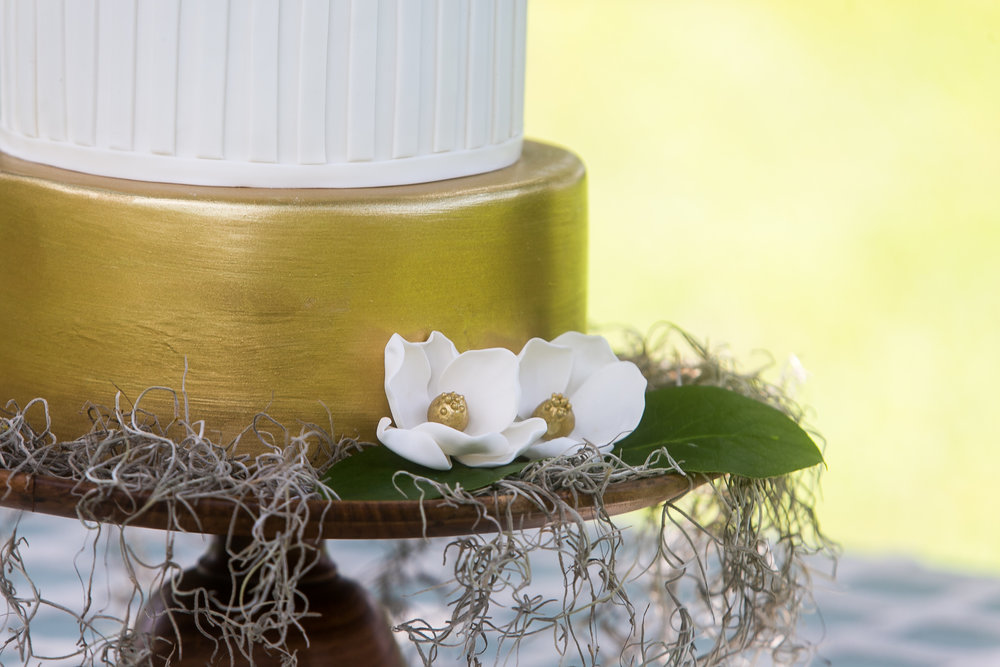 wedidng cake gold and white florals