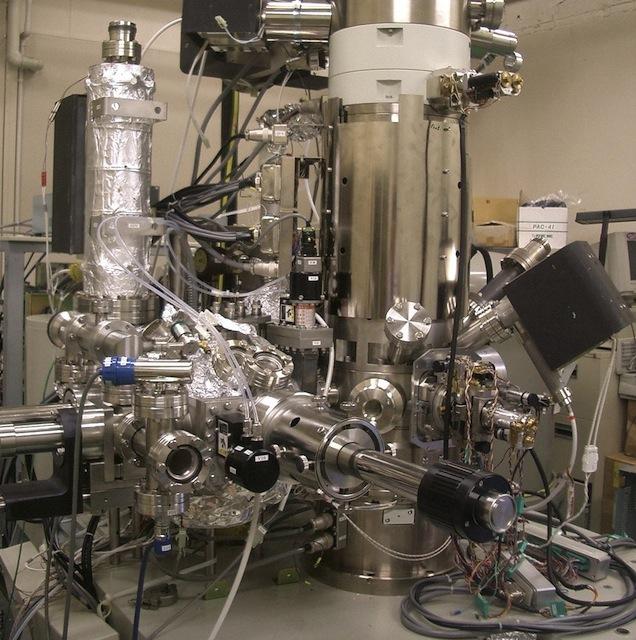 Haz de Guillermo Rodríguez  El 2 de marzo de 2015, la revista Nature Communications publica la primera imagen de una de las propiedades fundamentales de la materia[1]. Por primera vez se capta en una foto la luz comportándose como partícula y como onda simultáneamente. Desde la época de Einstein, los científicos han tratado de observar directamente estos dos aspectos de la luz al mismo tiempo. Este estado en que la luz se comporta simultáneamente como onda y materia ha sido comprobado en múltiples ocasiones durante el pasado siglo, pero es sólo con la ayuda de un microscopio electrónico de transmisión (STEM)-EELS que por primera vez ha podido fijarse este fenómeno en una imagen. Partiendo del arte y la ciencia como disciplinas especulativas por excelencia, la exhibición Haz explora las cualidades plásticas y la materialidad de la luz mediante una serie de situaciones donde ésta es absorbida, refractada y reflejada en contextos cotidianos. Emulando de algún modo el rol del microscopio (STEM)-EELS, las piezas en la muestra funcionan como instrumentos/herramientas de la percepción. Haz sigue la lógica de un experimento; el espacio expositivo se convierte en una especie de mecanismo para aprehender el fenómeno lumínico. Haz reúne por primera vez Especulaciones, dieciséis óleos sobre lienzos circulares que documentan varios intentos fallidos de representar el tono que se percibe al encarar el sol con los ojos cerrados. También se presenta Las Perlas de Baily[2] (Tornasol); un disco de asfalto tornasolado de tres pies de diámetro. Éste es complementado por una serie de rocas de asfalto que también refractan la luz; estos falsos-minerales recrean el fenómeno óptico que se produce al verter aceite de motor sobre la brea mojada. El aceite (en este caso esmalte) funciona como una especie de prisma que al reflejar la luz se tornasola descomponiendo su espectro en los colores del arco iris. Haz (Triángulo) consiste en capturar y redirigir triangularmente un haz de luz mediante 