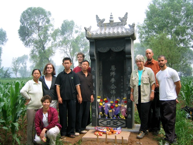 Paying our respects at the tomb of Li Gui Chang.  Tai Yuan, China