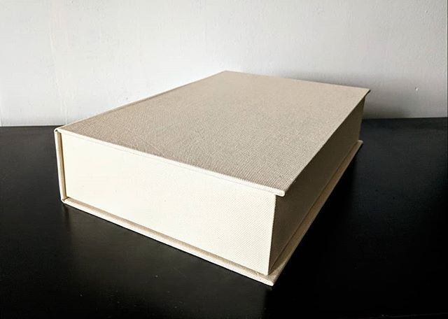 Custom clamshell box for external hard drive featuring foam drive cradle and space for power and data cables. Laminated boards and internally reinforced joinery make this box able handle it's heavy contents with ease. #clamshellbox #harddrive #bookbinding #buckram #digitalmeetsanalog