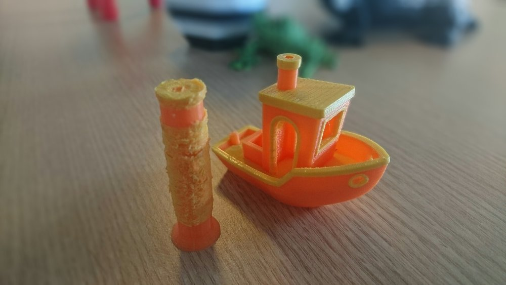 Note the messy throw-away tower that assists the perfect #3DBenchy print