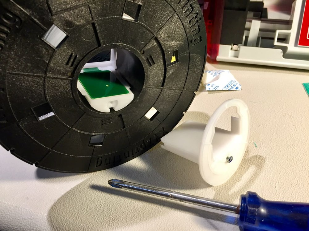 Installing the electronic chip on a filament spool for the da Vinci Jr. 2.0 Mix