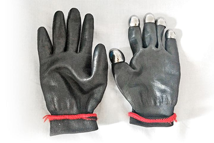 Speed skating gloves equipped with 3D printed titanium fingerprints