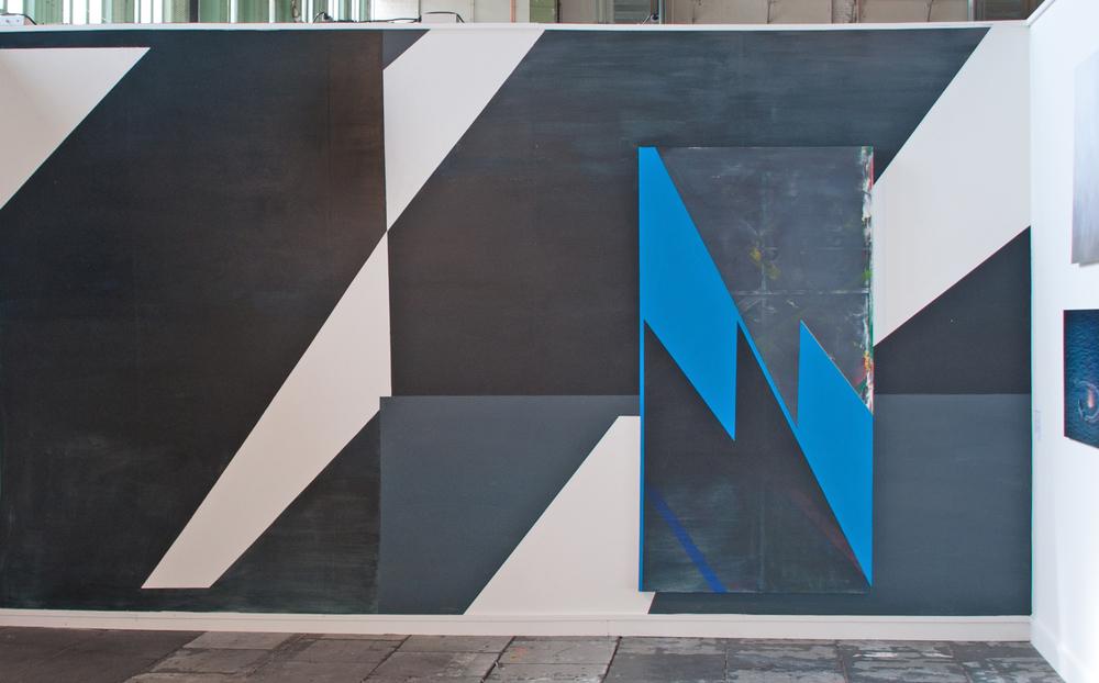 Z_N · 250 x 500 cm · mehrteilig · Acryl, Pigment, auf Wand auf Wand und hängendes Objekt NN, 2012, Preview Berlin (temporär)