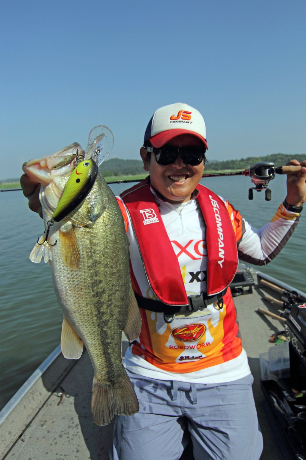 Pic. 9. Kang putting his 10XD to good use as he fires up a school of bass on a deep ledge upriver