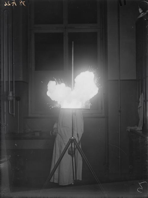 Magnesium-Blitz mit Schüttungseinrichtung 1928, glass plate negative, 9 x 12 cm, ETH-Bibliothek Zürich, Bildarchiv / Fotograf: Photographisches Institut der ETH Zürich