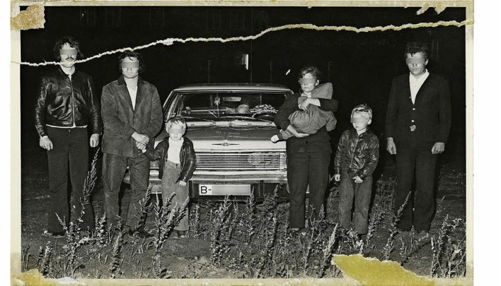 Arwed Messmer, using a print, call number BStU MfS HA IX Fo 2180 Bl. 0004. Presentation of an East German family and their West Berlin escape helpers Oliver Mierendorf and Karlheinz Hetschold after a failed smuggling attempt in an Opel Admiral car on September 21, 1973.