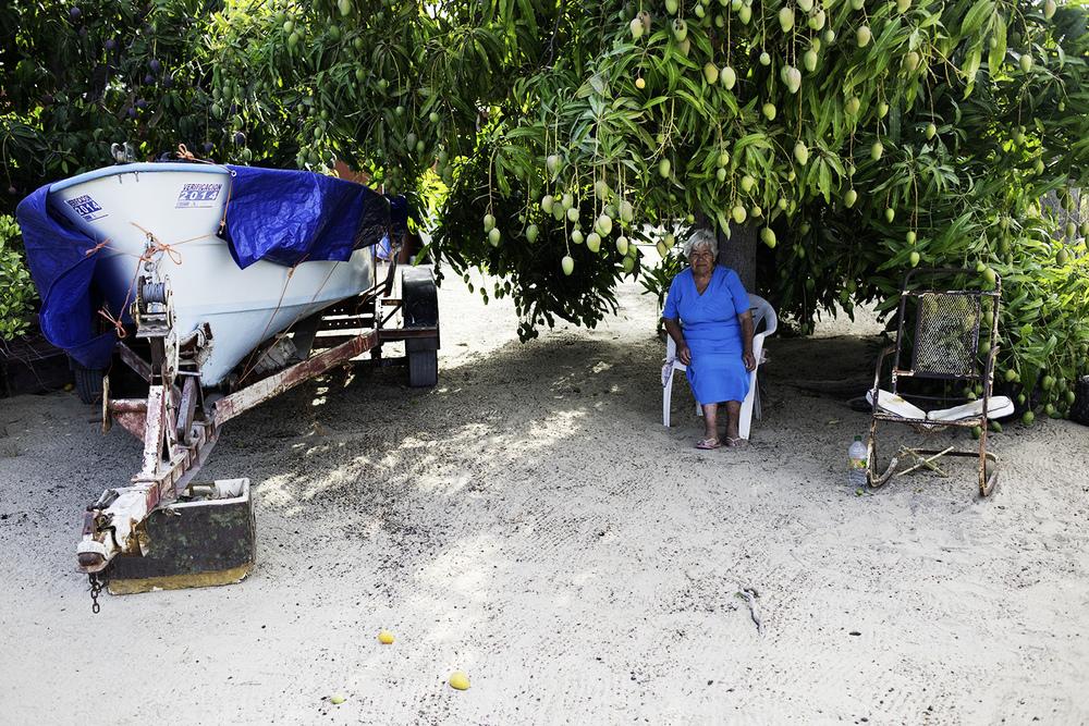 A woman, panga and mangos. La Ribera.